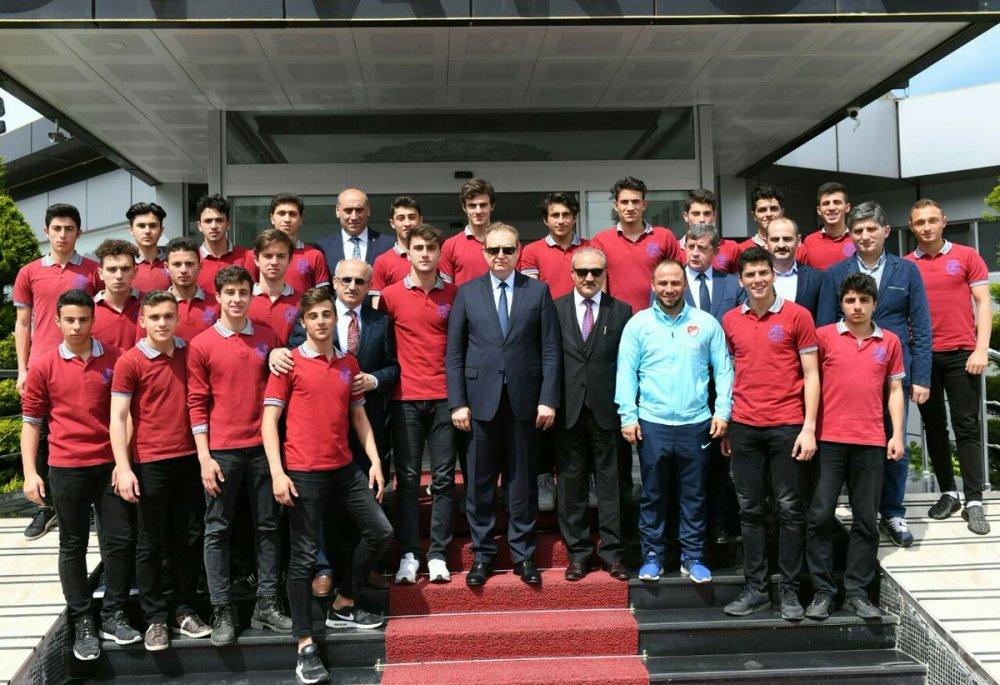 Vali Yavuz'dan şampiyon liseye ziyaret