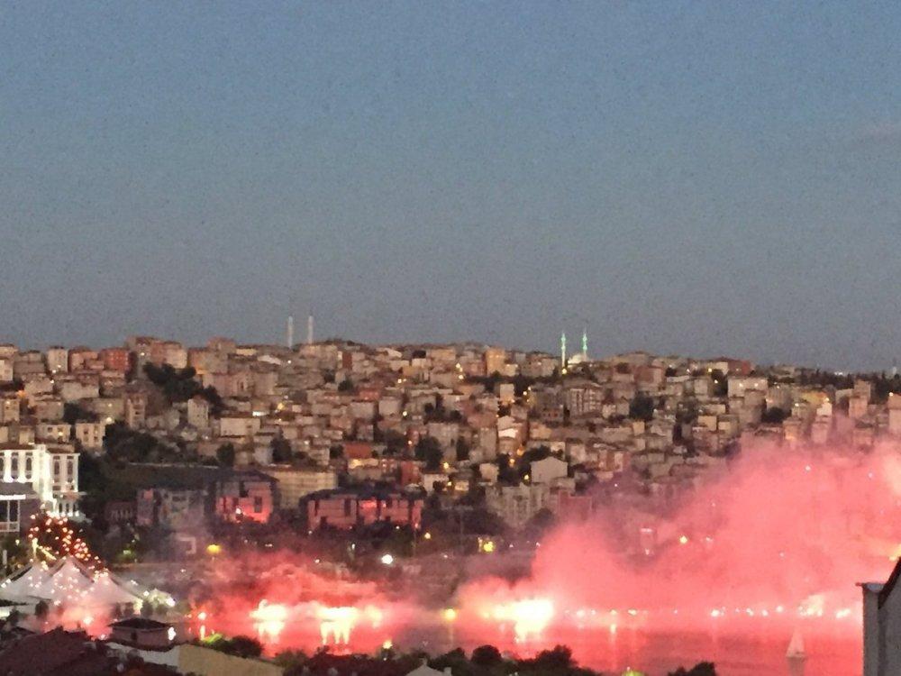 Trabzonspor taraftarlarından İstanbul'da meşale şov