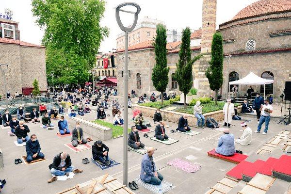 Trabzon'da sosyal mesafeli Cuma namazı