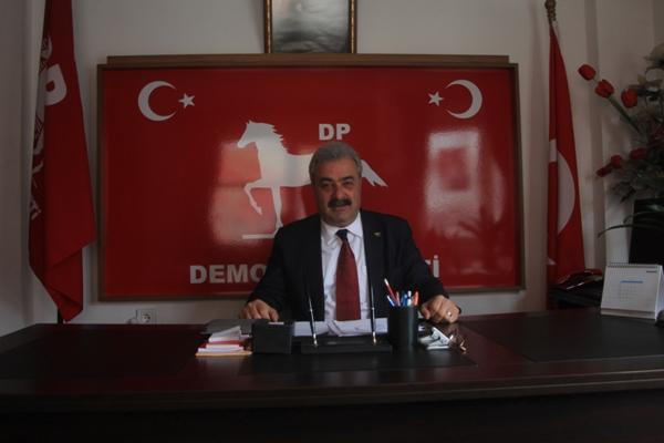 Demokrat Parti Trabzon Büyükşehir Belediye Başkan Adayı Ercan Şılbır, bugün saraydan yapılan hal yasasına sert tepki gösterdi.  Şılbır'ın açıklamalarının satır başlarında, HALLERİN TASVİYELERİ AMAÇLANIYOR! Şılbır, ''Cumhurbaşkanlığı sarayından yapılmış olan hal yasasıyla ilgili açıklama sadece hallerin hallerin tasfiyeleri amaçlanmıyor. Türkiye büyük bir karanlığa sürükleniyor! Sebze ve meyve satan marketlerin manavlarının, pazarcı esnafının tasfiye olması ile birlikte Türk tarımına vurulacak en son hançerdir! Bu yasadan ilgili bakanlıkların hiç mi haberi yok, hiç mi müdahale etmediler. Kendileri bir rant sağlayacak diye Türkiye tarımına bu darbe nasıl vurulur?! Yurt dışı basınlarında yayılan haberlerde Türkiye'de yapılacak olan 30 adet halin Yahudi firmalarına satıldığı bilgisine eriştik. Fabrikaları, taşımızı, toprağımızı sattınız sıra tarıma geldi! Bu ülke sizin babanızın malı değil, kanla alınmış topraklar, emek verilerek gelinmiş yerlerdir. Kimin malını kime peş keş çekiyorsunuz!'' dedi. BU ÇALIŞMADAN VAZGEÇİN! Şılbır konuşmalarının devamında ''Türkiye'de yapılacak olan bu hamle sebze meyve ile iştigal eden ama çalışan, ama üreten, ama pazarlayan herkesin bertaraf edilmesi söz konusu olup danışmaların hatalı bilgilendirmesi üzerine yapılan bu çalışmadan ivedilikle vazgeçilmesi gerekmektedir!'' dedi. HALKIMIZ GEREKEN CEVABI 31 MART'TA VERECEK! Şılbır hükümete sert tepki göstererek ''Bu yüce Türk milleti kör değil, ülkemize oynanan oyunları görüyor. Bizi, ülkemizi emperyalist güçlerin eline mahkum edemeyeceksiniz. Mevcut AKP hükümetine demokrasinin gereği olan sandıklarda gereken dersi halkım verecektir!'' dedi. TOHUM YASALARI SON HAMLELERİ! Bugün açıklanan bu hal yasası, 31.10.2006 tarihinde yürürlüğe girmiş olan 5553 sayılı tohum yasasının en son hamlesi olacaktır diyen Başkan Adayı Şılbır, ''Bu hamlenin ne kadar vahim bir duruma bizleri sokacağı aşikardır. Bugün uluslararası 5 adet markete tanzim satışlarının devam ettirilecek olması en büyük emaresidir.'' Ded