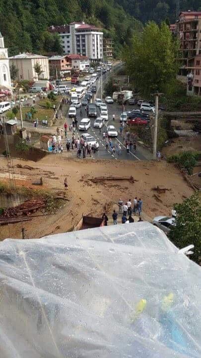 Çaykara'da şiddetli yağmur sele dönüştü