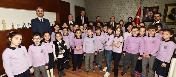 Başkan Gümrükçüoğlu, ilkokul öğrencilerini ağırladı