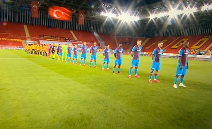 Trabzonspor maçında sosyal mesafeli seramoni
