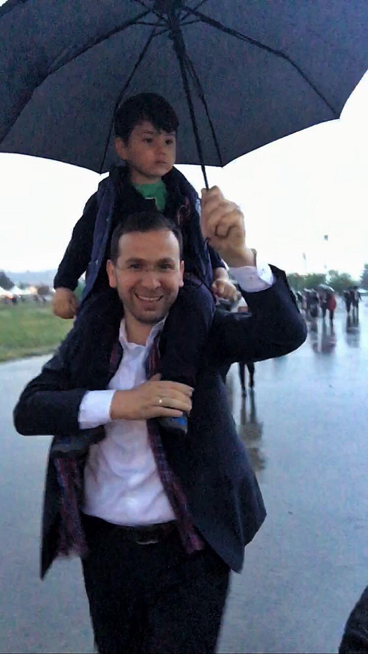 Salih Cora yağmura yakalandı