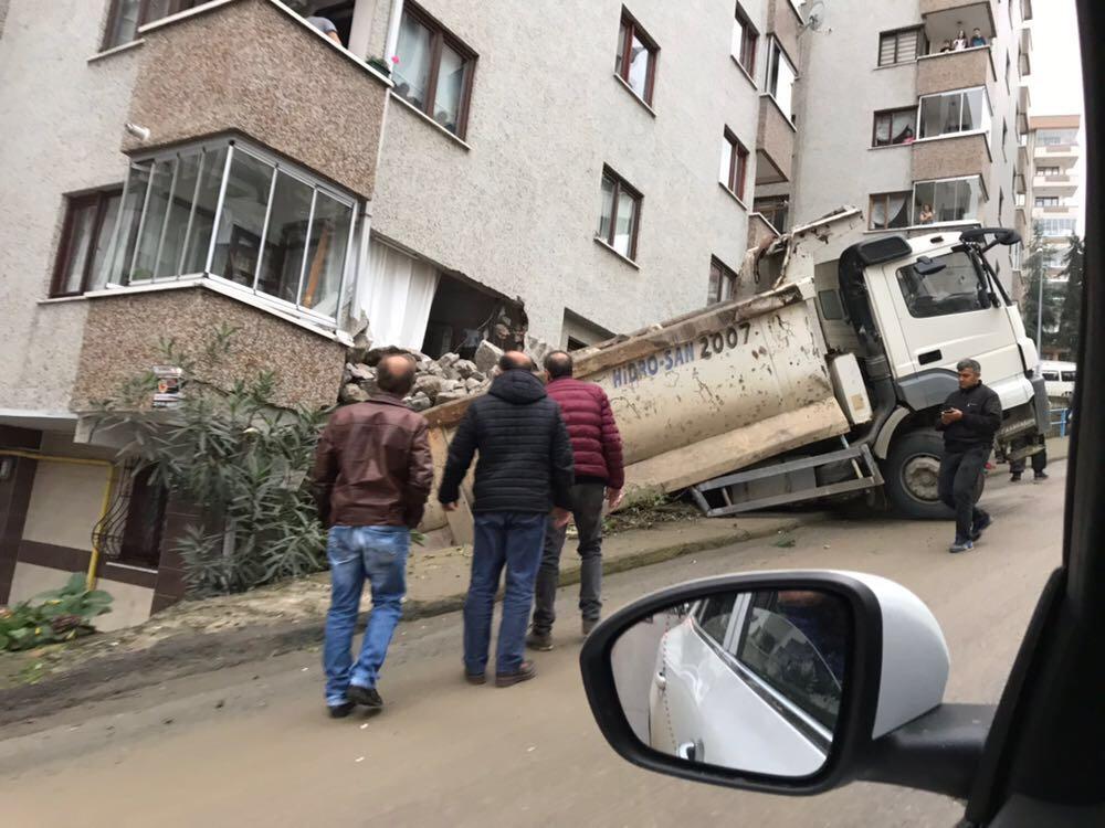 Trabzon'da taş yüklü kamyon eve girdi