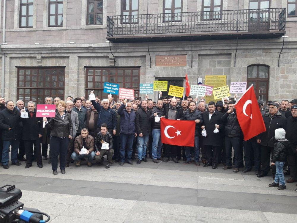 Trabzon'da C18 protestosu: Belediyenin kapısına toprak astılar