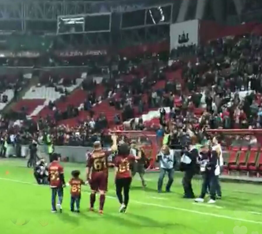 Gökdeniz Karadeniz son maçına çıktı! Futbola veda etti
