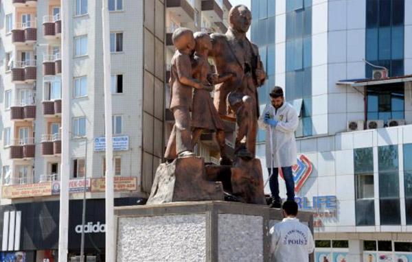 Atatürk Anıtı'na çekiçli saldırı