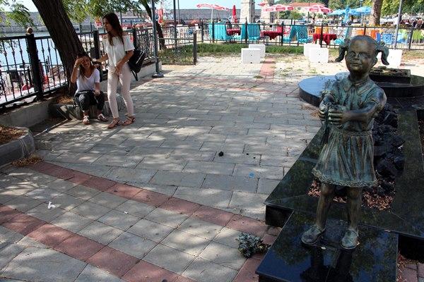 Atatürk'e çiçek veren kızın heykeline saldırı