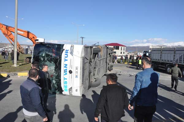 Yolcu otobüsü ile tır çarpıştı: 34 yaralı