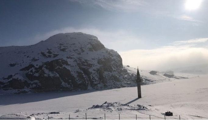 Cami kar altında kaldı