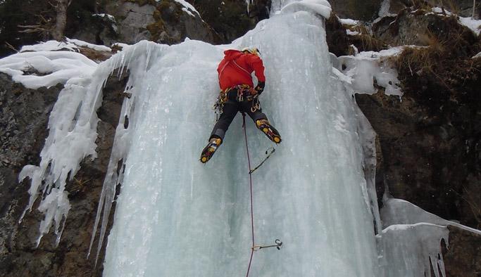 Rize'nin Çamlıhemşin ilçesindeki Çat Vadisi'ndeki donmuş şelalelere dağcılar tarafından tırmanış gerçekleştirildi.