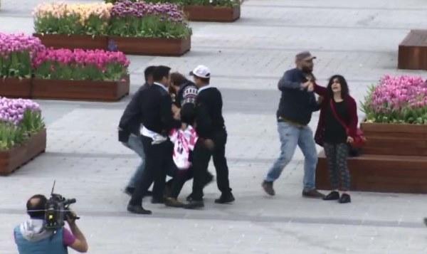 Taksim'de pankart açan 2 kadına gözaltı 1