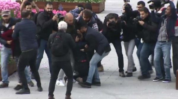 Taksim'de pankart açan 2 kadına gözaltı 3