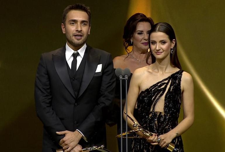 Öte yandan dizinin başrol oyuncuları İrem Helvacıoğlu ile Ulaş Tuna Astepe En İyi Dizi Çifti ödülünün sahibi oldu