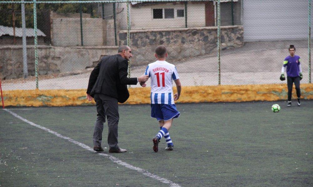 Başkan, futbolcusuna tekme atınca kovuldu