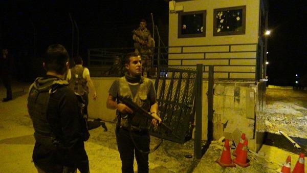 Karakola geceyarısı hain saldırı: 2 asker yaralı