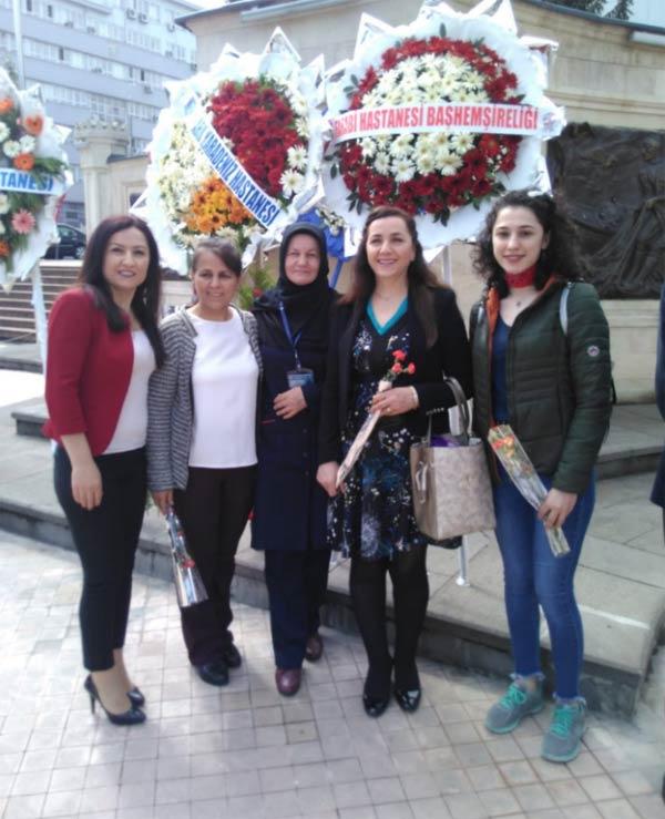 Trabzon'da hemşirelerden Atatürk Anıtına çelenk