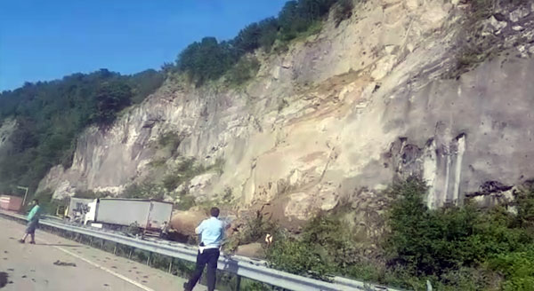 Sarp Sınır Kapısı yolunda heyelan: Trabzon Plakalı Tır...
