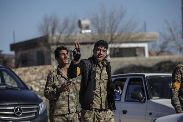 Afrin'den ilginç görüntü: ÖSO'cular bozkurt işareti yaptı