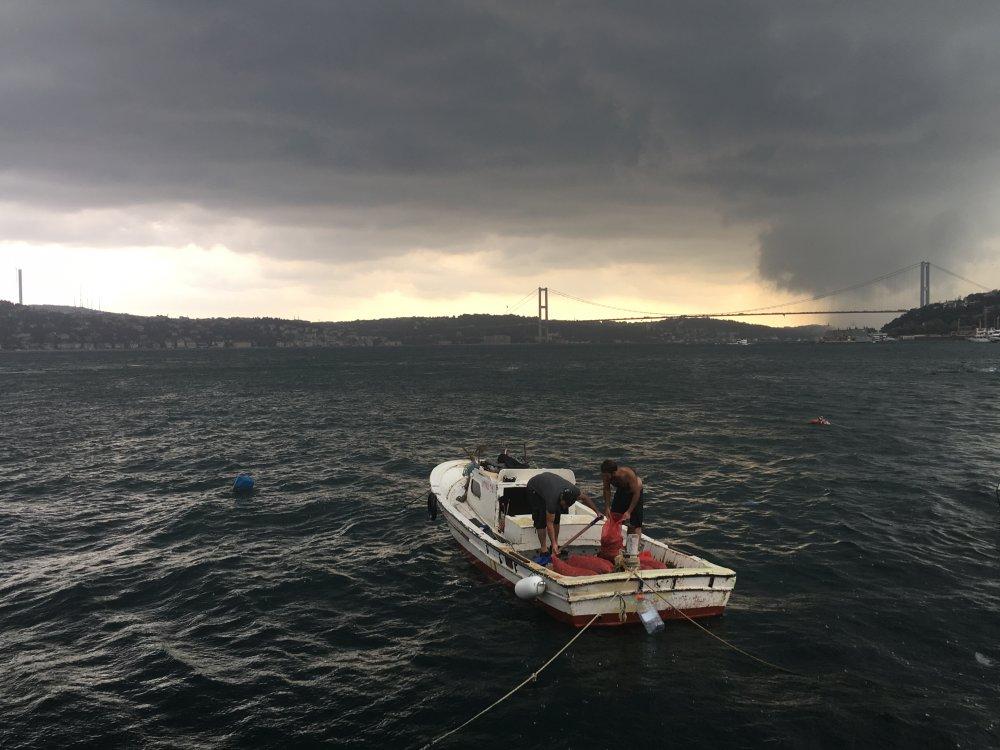 Fırtına ve sağanak yağış İstanbul'u vurdu