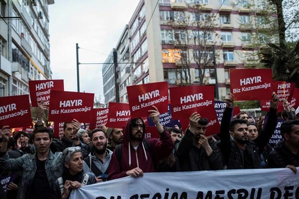İstanbul'da referanduma tepki! Halk sokakta