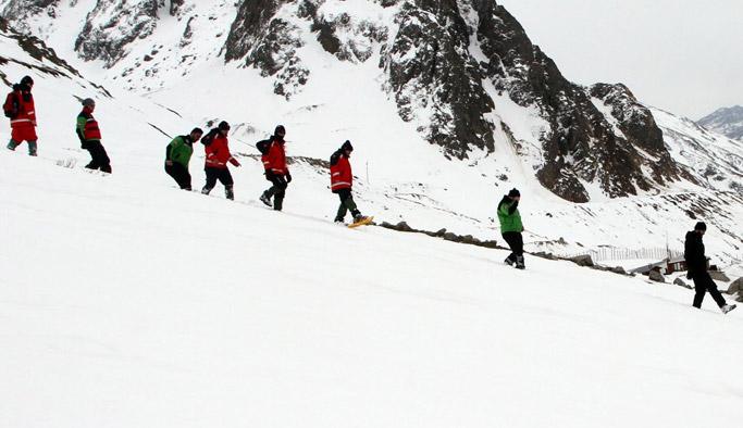 Rize Arama Kurtarma Ekibi (RİKE) gönüllülerine, 2 bin 100 rakımlı Rize-Erzurum karayolunun Ovit Dağı mevkiinde kar ve çığ eğitimi gerçekleştirildi.