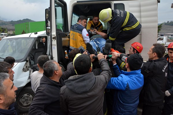 TIR ve kamyonet çarpıştı: 1 ölü, 3 yaralı 2