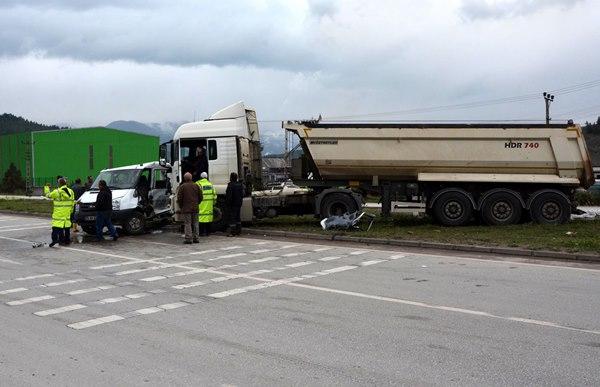 TIR ve kamyonet çarpıştı: 1 ölü, 3 yaralı 7