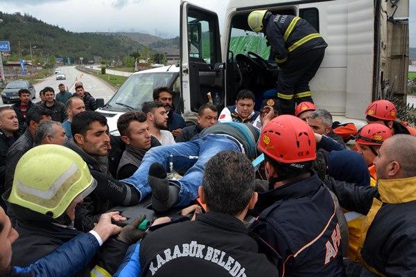 TIR ve kamyonet çarpıştı: 1 ölü, 3 yaralı 3