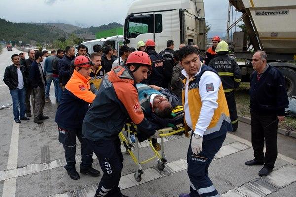 TIR ve kamyonet çarpıştı: 1 ölü, 3 yaralı 6