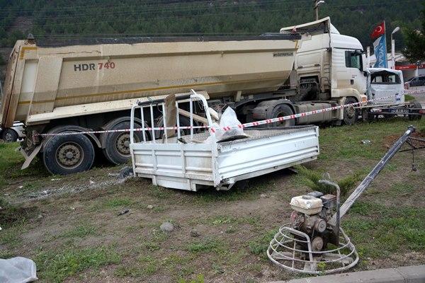 TIR ve kamyonet çarpıştı: 1 ölü, 3 yaralı