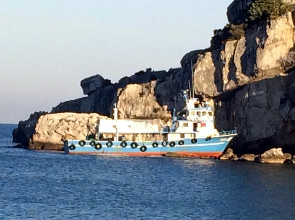Karaya oturan balıkçı teknesi kurtarıldı