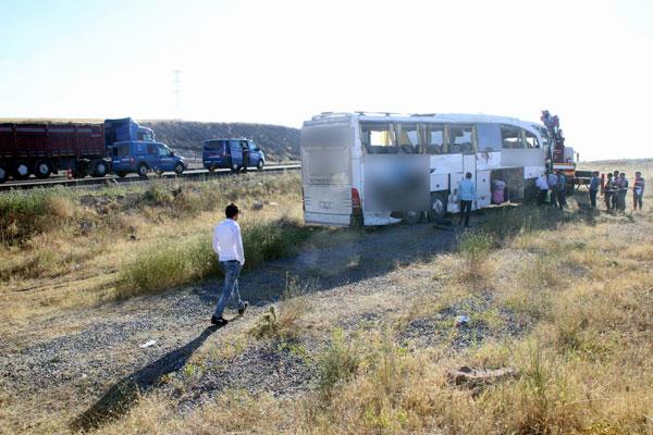 Yolcu otobüsü devrildi: 26 yaralı