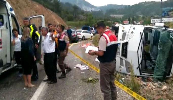 Turistleri taşıyan midibüs şarampole devrildi: Yaralılar var