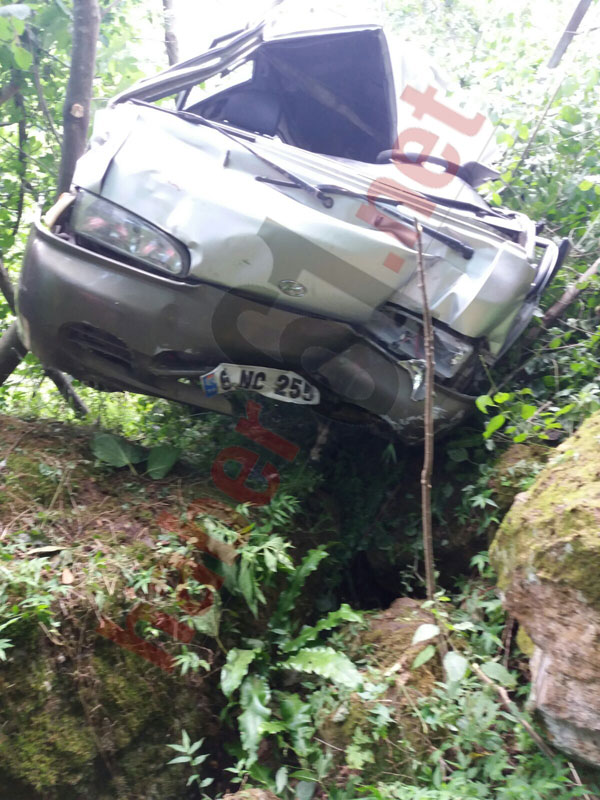 Trabzon'da kaza: Araç dereye uçtu!
