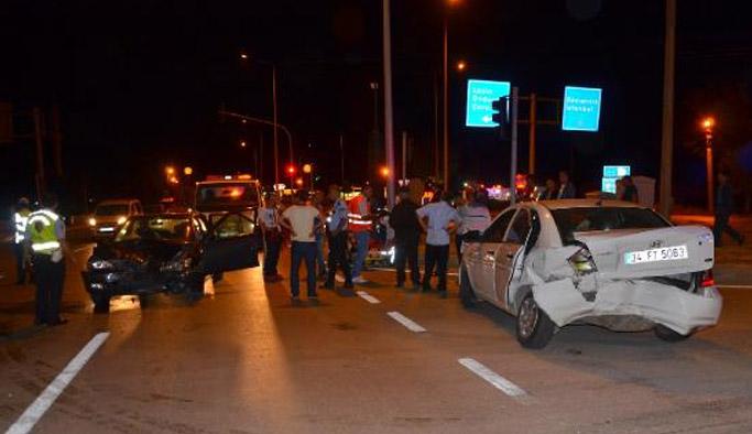 Çorum'un Osmancık İlçesi'nde kavşakta dönüş yapan otomobile başka bir otomobil arkadan çarptı. Kazada 9 kişi yaralandı.