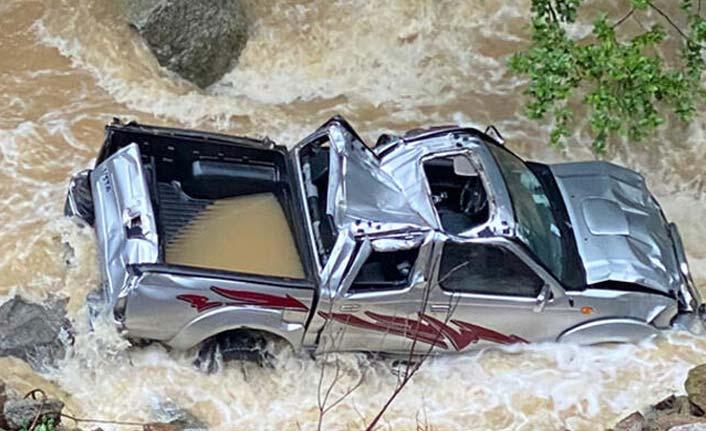 Trabzon'da kamyonet dereye uçtu, sürücü kayboldu!