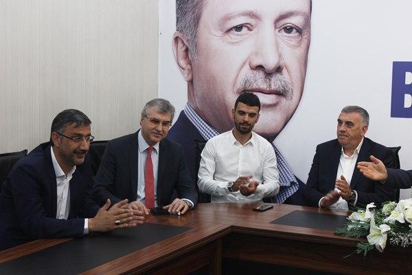 Trabzonlu AK Parti Milletvekili adayı toplantıya milyonluk oyuncağıyla geldi