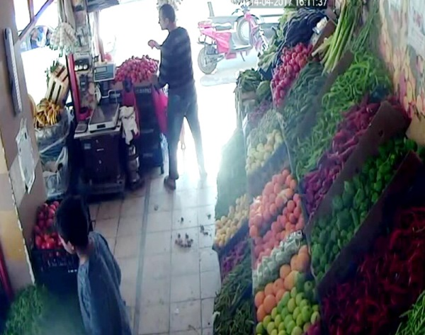 Manav, tüfekli saldırgana domates attı 3