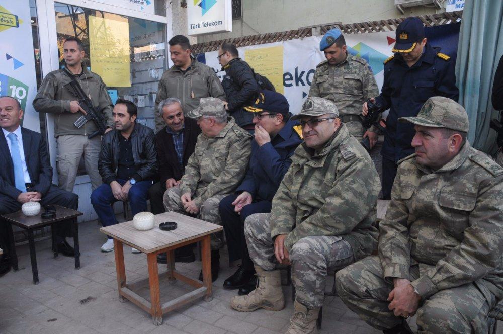 Orgeneral Akar, kuvvet komutanlarıyla birlikte Yüksekova'da