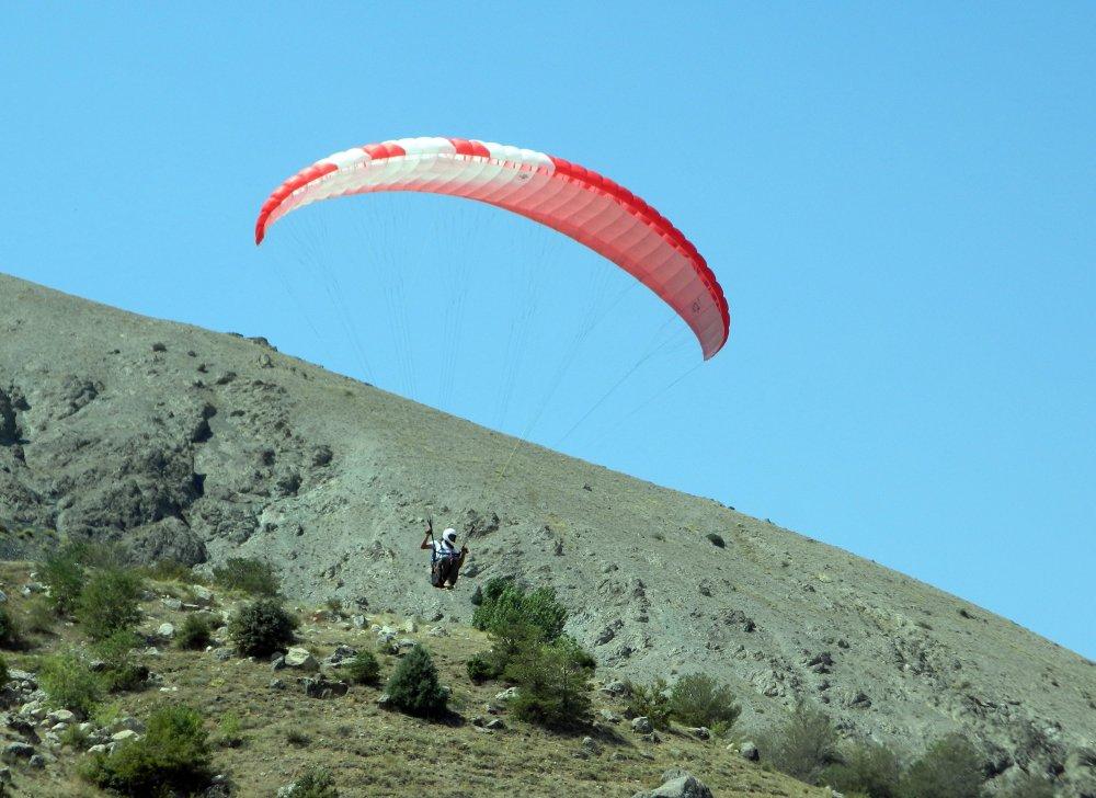 Paraşütçüler Şehit Eren Bülbül için havalandı