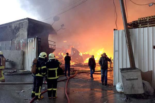 Fabrikada yangın - 2 fabrikaya daha sıçradı