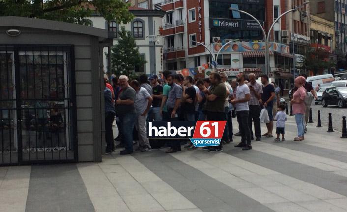 Trabzonspor taraftarları bilet kuyruğunda
