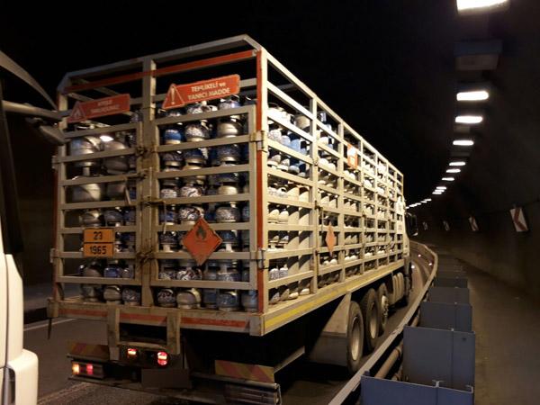 Trabzon'da tüp kamyonu trafiği kilitledi