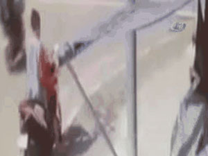 Kadın sürücü çocuğunu yola düşürdü