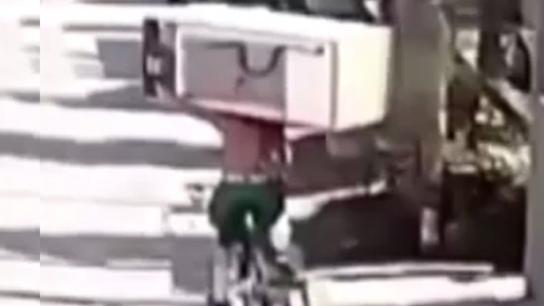 Bisiklet sırtında buzdolabı hırsızlığı