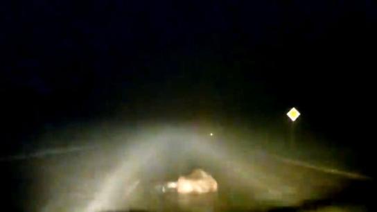 Yolun ortasında sızan adamı otomobil ezdi