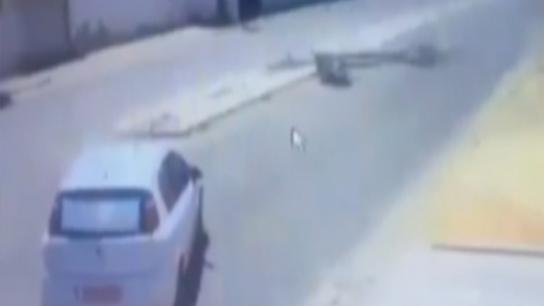 Önce otomobile çarptı, ardından kafasına direk devrildi