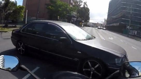 Motosiklet otomobile böyle çarptı